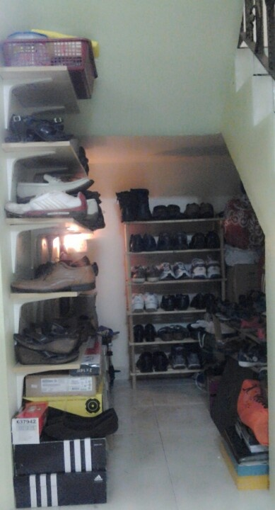 Ruang bawah tangga = rak kasut terbuka
