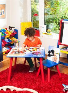 Los espacios para jóvenes son alegres, entretenidos y muy vibrantes. No hay reglas y tampoco formalidad. La idea es que reflejen sus estilos y, por tanto, todo está permitido. La improvisación es bienvenida y los detalles novedosos y divertidos se multiplican por doquier. Por eso, a la hora de ambientar, recurre a floreros con formas atractivas, cojines con estampados llamativos y a mezclas de colores inusuales. Kids Rugs, Home Decor, Bold Prints, Pintura, Color Mix, Yard Sticks, Flower Vases, Decks, Decoration Home