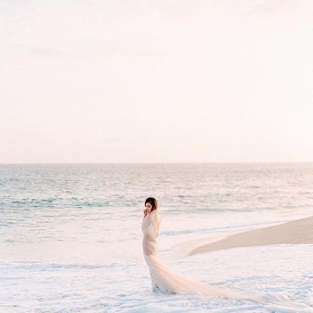 How beautiful is this!?!👰🏼🐚 Photo by @laurenpeele #beachwedding #beachbride #beach #cabo #weddingdress #brudekjole #strandbryllup #brudeblogg #bryllup
