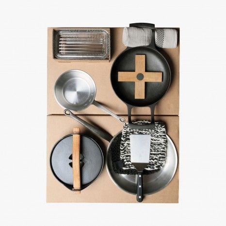 """Etage """"cuisson"""" de la Malle Trousseau contenant tout le nécessaire pour cuisiner. 3200 € au Bon Marché"""