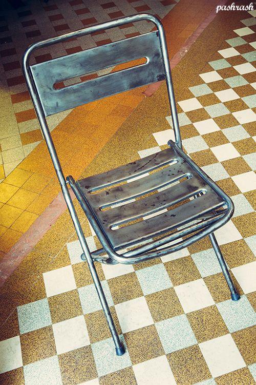 Paire de chaises pliables en métal brossées et cirées, idéal en chaises d'appoint! Hauteur de l'assise: 44cm