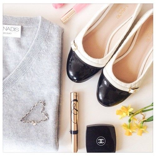 Feeling casual, it's Friday after allmake up essentials by #chanel #clarins #esteelauder cashmere and ballerinas by us of course  #vanadismilano  #cashmere #shoes #ballerinas #springmood #tgift #friday #ootf #casual #cosy #cute #spring #vascocam #photooftheday #essentials #makeup #beauty #chic #stylist #outfit #styling #fashion #sun #weekend #flower #daffodil #venerdi