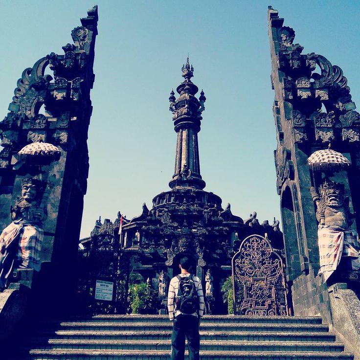 Keromantisan menjalani honeymoon dengan paket bulan madu Bali belum lengkap tanpa mengunjungi Monumen Bajra Sandhi Pulau Bali. Keunikan arsitektur monument yang memiliki filosofi begitu kuat mengisi setiap sisi Monumen Bajra Sandhi.[Photo by instagram.com/moslem_coolam]