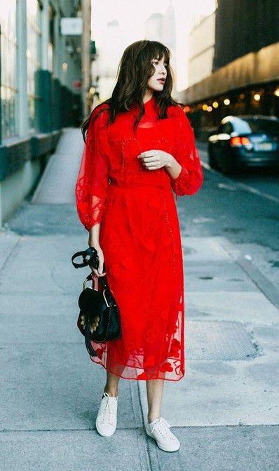 Fabulous Witte sneakers combineren met een rode jurk. | Kledingstukken @FS41