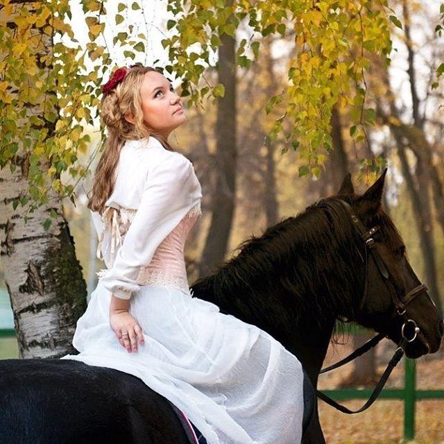 Instagram media by renardange - Напоминаю, дорогие, что в ноябре еще можно успеть поучаствовать в романтической фотосессии на конюшне. Много реквизита, разные образы, шикарные лошади 🐴 и много вдохновения и позитива в сияющем золоте осени🍂🍁🍃. Именно то, что нужно в преддверии зимушки ❄️ На фото милая Даша photo/style/muah @iter_tulmondo_photo  #лошадь #коннаяпрогулка #конныйспорт #конные #фото #фотограф #девушка #весна #осень #москва #красота #мэйкап #образ #костюм #платье #бал #балы…