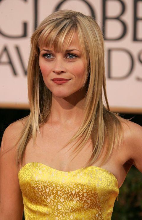 La lunghezza di frangia di Reese è quella perfetta. Le permette di acconciarla come vuole! Qui è bombata e laterale. Very anni '90.