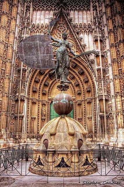 Reproduction de la Giralda , entrée de la Cathedrale de Seville, Spain
