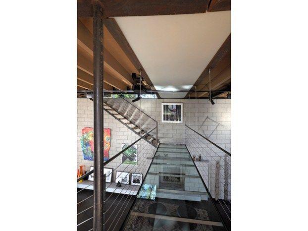 La scala con passerella di un loft in stile industriale