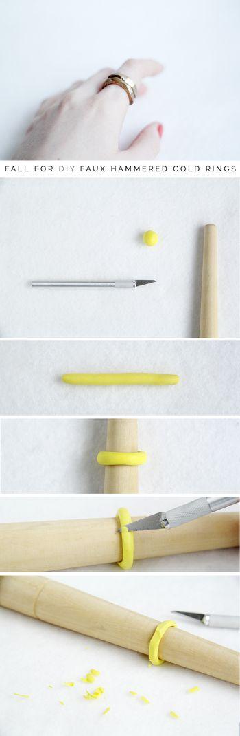 材料: ポリマークレイ スプレーペイント リングマンドレル メスナイフ  手順: 1.ポリマークレイロールの小さなボールを温め細長く伸ばす。 2.リングサイズを測定し、リングマンドレルのサイズの合う場所に巻きつけ、つなぎ目を滑らかにする。 3.冷凍庫に30分間入れ固める。 4.ハンマーでたたいたような模様を出すため、メスを使いリングの外側をランダムに平らにカットする。 5.低/中火のオーブンで約30分焼く。 6.冷ましてから金色のスプレーで着色する。