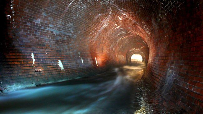 La photographe Danielle Plamondon préfère garder secrets les entrées aux tunnels souterrains et les lieux qu'elle a photographiés. La Ville de Montréal interdit l'exploration de ses souterrains.