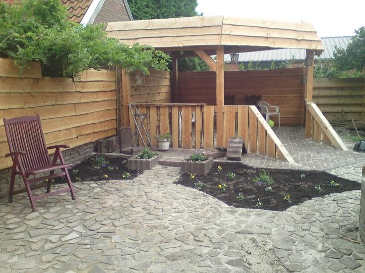 Lekker plekkie om te zitten pad en terras zijn gemaakt van stuk geslagen stoeptegels gelegd in - Terras tuin decoratie ...