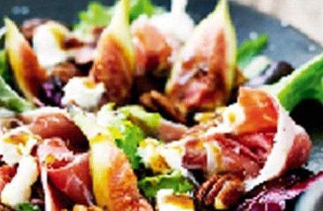 Sallad med fikon, chèvre, parmaskinka och smörstekta nötter Receptbild - Allt om Mat