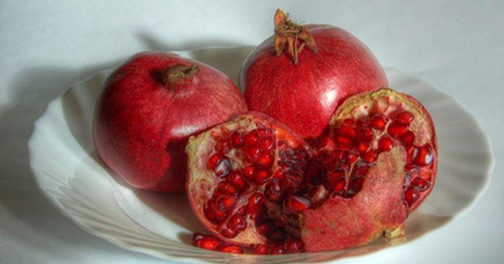 Cómo preparar una granada. Cuando ves una granada puedes pensar que ves una manzana, hasta que la abres. Una granada tiene cientos de semillas de color rojo rubí y una pulpa interior blanca. Mientras una manzana guarda sus semillas en el centro de la fruta, siendo su parte comestible la parte blanca entre el corazón y la cáscara, las semillas de granada proveen un sabor ...