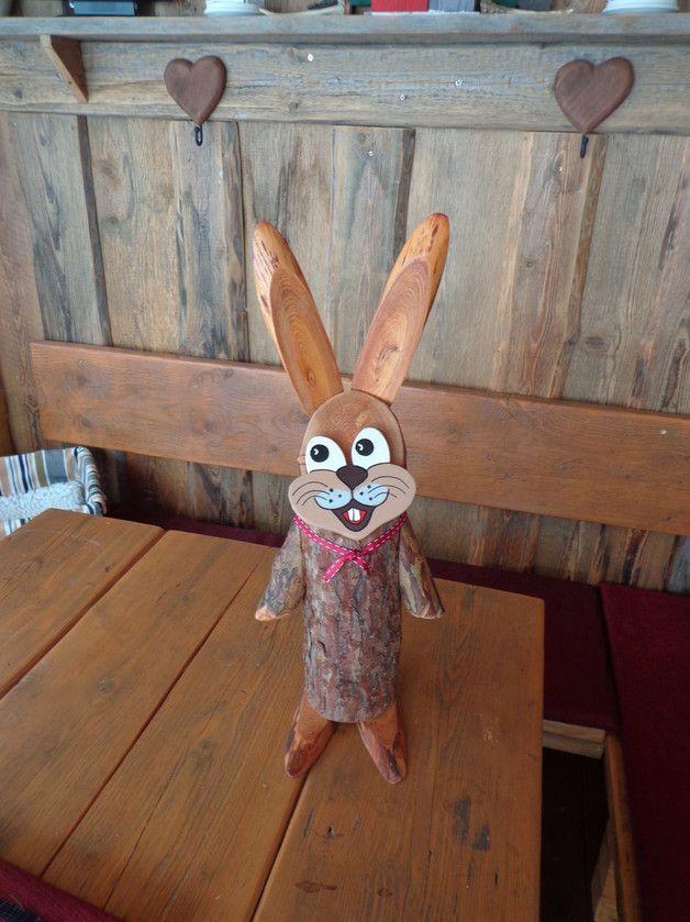 dekorativer Baumstamm Osterhase aus Lärchenholz ,  Die Hasen bestehen aus 2 verschiedenen Holzsorten. Lärchen-,Eschenholz, ein richtig schönes Stück Natur. Die Hasen sind Wetterfest und machen...