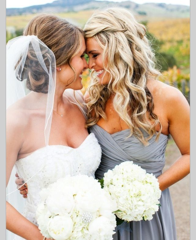 Such a cute picture with the bride and her best friend, sister, or maid of honor