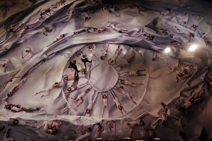MANHATTAN   24/01/2014   Los bailarines de Ballet de Nueva York Emily Kikta y Meaghan Dutton-o ' hara ver por sí mismos en una instalación fotográfica del artista callejero JR en Lincoln Center