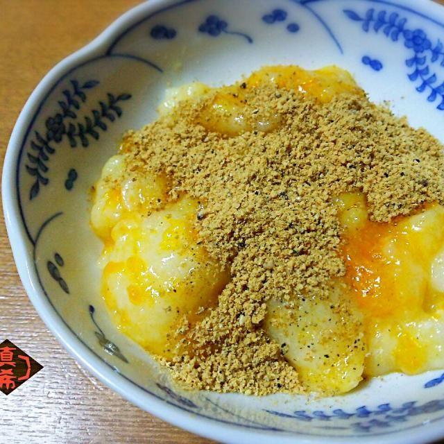 私の住んでいる和歌山県を含め、みかんの産地ではお餅つきの時に、もち米とみかんを合わせてついたみかん餅が隠れた名産品として存在します。‥って、実は私は食べた事がなかったのですが(笑)♪ 今朝は、お正月の丸餅を茹でてやわらかくして、先日作った蜜柑ジャムと一緒にすり鉢でついて混ぜ合わせた簡単みかん餅を作ってみました♡きな粉をトッピングしていただきました♬ イケます!美味しいです♥ - 203件のもぐもぐ - 蜜柑ジャムでお手軽みかん餅 by 山本真希