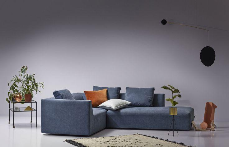 Store   Juul - Modern design och Dansk kvalitet Juul808 är en soffa där du kan koppla av och umgås i.  Juul808 är en modulsoffa vilket betyder att du kan skapa den hur du vill. Kanske vill du ha en soffa med en divan eller med fotpall? i tyg eller läderklädsel som även är avtagbar. Klädseln är fäst med kardborrband och har domestic tyg undertill. Soffan har skum och polydun stoppning, sittplymå med polyeterkärna i sandwich samt duntäckpåse runt om som är tung. Ryggkudden på soffan är i…