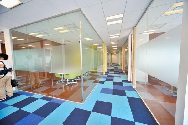22階に用意されたミーティングルームは13部屋。この一角は、部屋も床もカラフル。