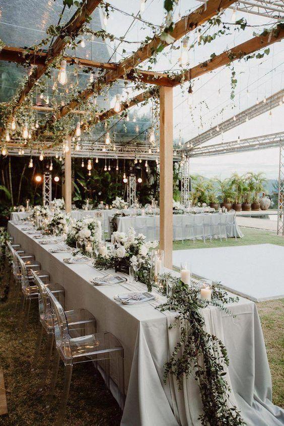 Varal de lâmpadas | Casamento iluminado é casamento ainda mais bonito e feliz! As luzinhas são tendência na decoração e aparecem em vários estilos de festa. Você gosta da ideia? Aproveite para se inspirar! Aqui, varal de luzinhas na decoração de casamento. #wedding #casamento #weddingdecor #decoracaodecasamento #lights #varaldelampadas #modernwedding