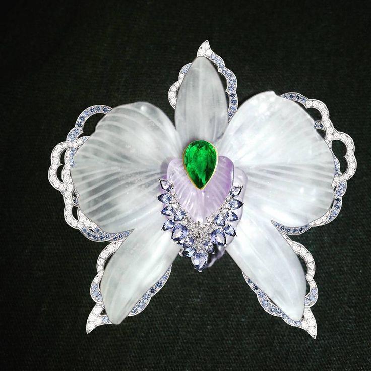 Orquídea em cristal de rocha lapidação especial, ametistas, esmeralda e diamantes.  Criação Victor Falcão.  #exclusivo #design #orquidea #flor  #joia #broche #casamento  #gold #cutgem  #art  #organic #wending