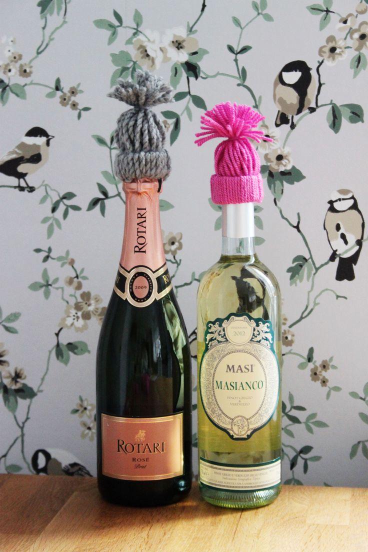 Ge flaskan en mössa - pyssel med garn och toarullar. Flaskmössa. Bottle hat.