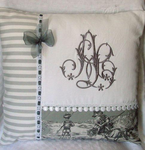Les coussins - fauteuil, broderie, lampe et abat-jour