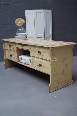 Toonbank 10028 - Brocante houten toonbank met een zachte citroen gele kleur. Aan de voorzijde vijf lades en een open vak. De achterzijde heeft dichte panelen en is sierlijk afgewerkt.