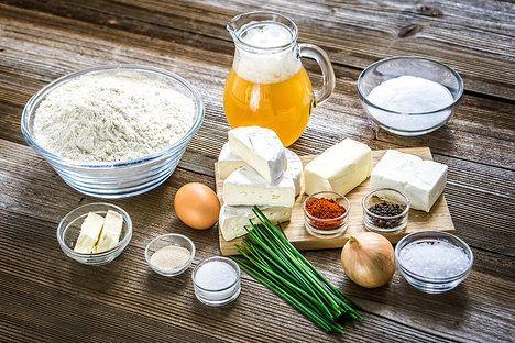 Preclíky jsou z jednoduchého kynutého těsta s kvasnicovým pivem, sýrová pomazánka má pak základ v camembertu, cibulce a lučině; Tomáš Rubín