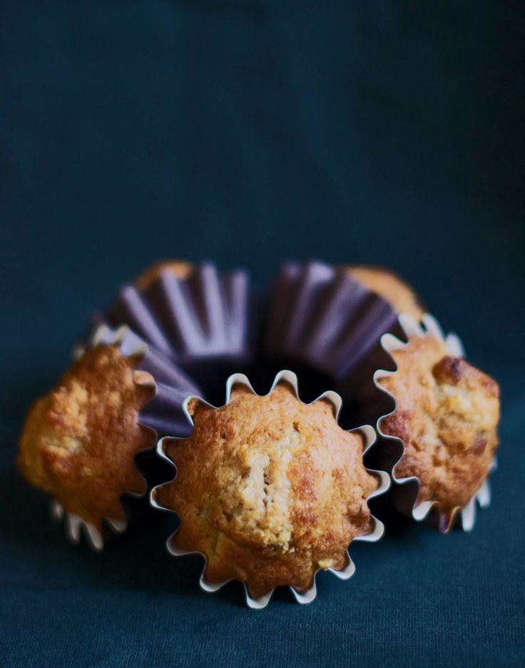 Recept på saftiga, glutenfria muffins med smak av päron, rostade valnötter och muscovadosocker. De har samma konsistens som vanliga muffins och man kan inte tro att de är fria från gluten när man smakar dem!