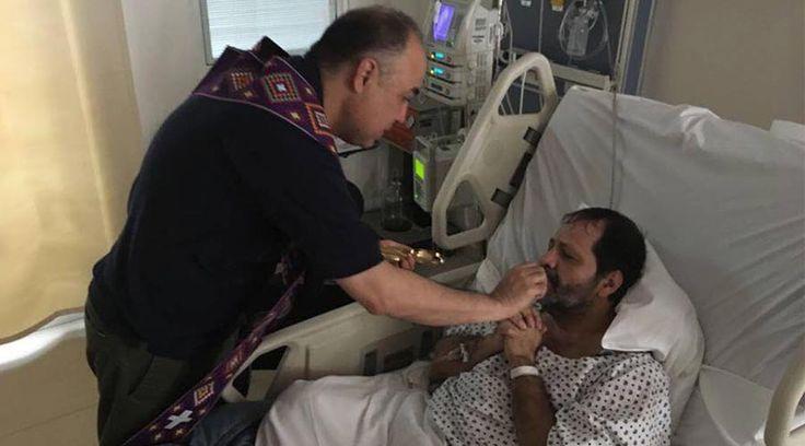 O músico católico Martín Valverde publicou em sua página no Facebook fotos de como recebeu a Eucaristia no hospital e pediu orações por seu filho mais novo Jorge Pablo, que passará por uma intervenção cirúrgica hoje.