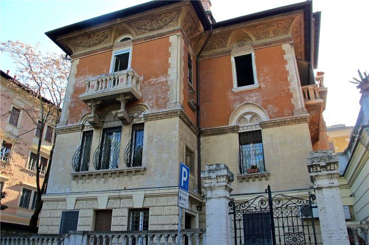 This 2 bedrooms apartment in Via di Villa Albani, Rome is now on the market. Contact us today to arrange a viewing.