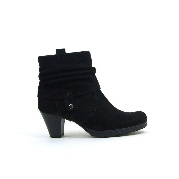 Geplooide korte enkellaarzen van Gabor, model 96.083! De laarzen zijn van Nubuck leer en helemaal uitgevoerd in zwart. De hak hoogte is vrouwelijk en comfortabel met een hoogte van ongeveer 4 centimeter. De schacht van de Gabor laarzen is helemaal geplooid. Aan de binnenkant een rits.
