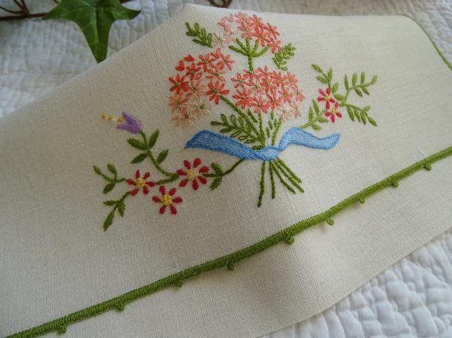 Adorable pochette range-serviette brodée d'un bouquet de fleurs