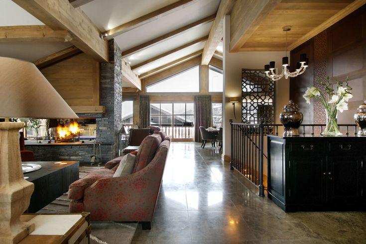 Шале Ле Бланшо Куршевель камин в просторной открытой планировки гостиной