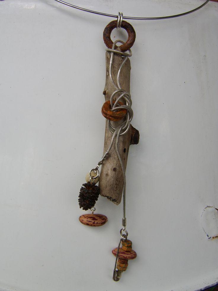Plantaardig sieraad met hanger van;  - Moer  - Wortel  - Veiligheidsspeld  -Hout