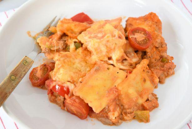 Deze heerlijke ravioli schotel zou je ook prima alleen op het fornuis kunnen klaarmaken, maar in de vorm van een ovenschotel is het ook harstikke lekker. En niet alleen lekker maar ook nog praktisch. Je kunt de saus gemakkelijk laten indikken en tegelijkertijd kun je wat tomaten mee laten poffen én krijg je een lekker krokant laagje kaas. Ideaal toch? Eet smakelijk! Voorbereidingstijd: 20 min | Oventijd: 15 min