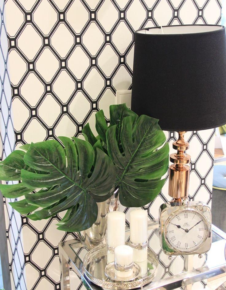 Hit wiosny, liście egzotyczne, tropikalne rośliny, srebrny stolik, lampa Light&Living, świece Lene Bjerre, zegar, tapeta black&white. #sweetliving #homeinspirations #trends #liścieegzotyczne #liścietropikalne #roslinywewnetrzach #lampy #stolikiocne #świece #lenebjerre #lightandliving