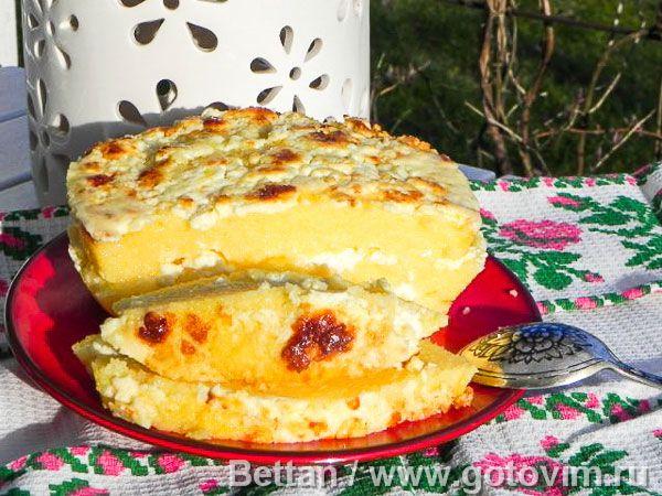 Мамалыга с брынзой Самое древнее и самое традиционное румынское слоёное блюдо из поленты, или как её называют в Румынии «мамалыги». В Румынии для этого блюда используют кукурузную крупу грубого помола и брынзу. Также в это блюдо можно положить шкварки из 500г копченой грудинки, мелконарезанной и обжаренной. За неимением грубой кукурузной крупы я использовала крупу мелкого помола.