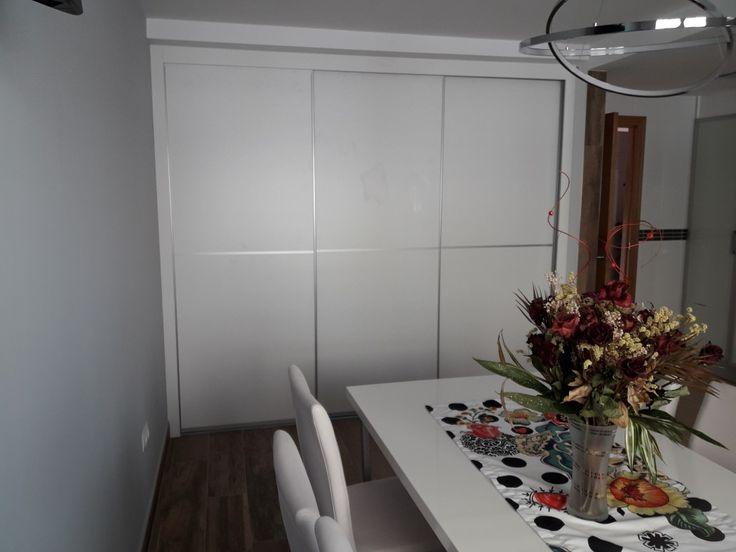 Frente de armario corredero con tablero en laminado blanco seda y perfil minimal plata mate. Fabricado por Maderart de Moncofa.