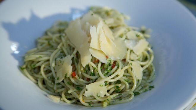 fruit de peper en knoflook circa 2 minuten. Voeg de spaghetti en peterselie toe aan de pan en roer goed door. Breng op smaak met een beetje zout.