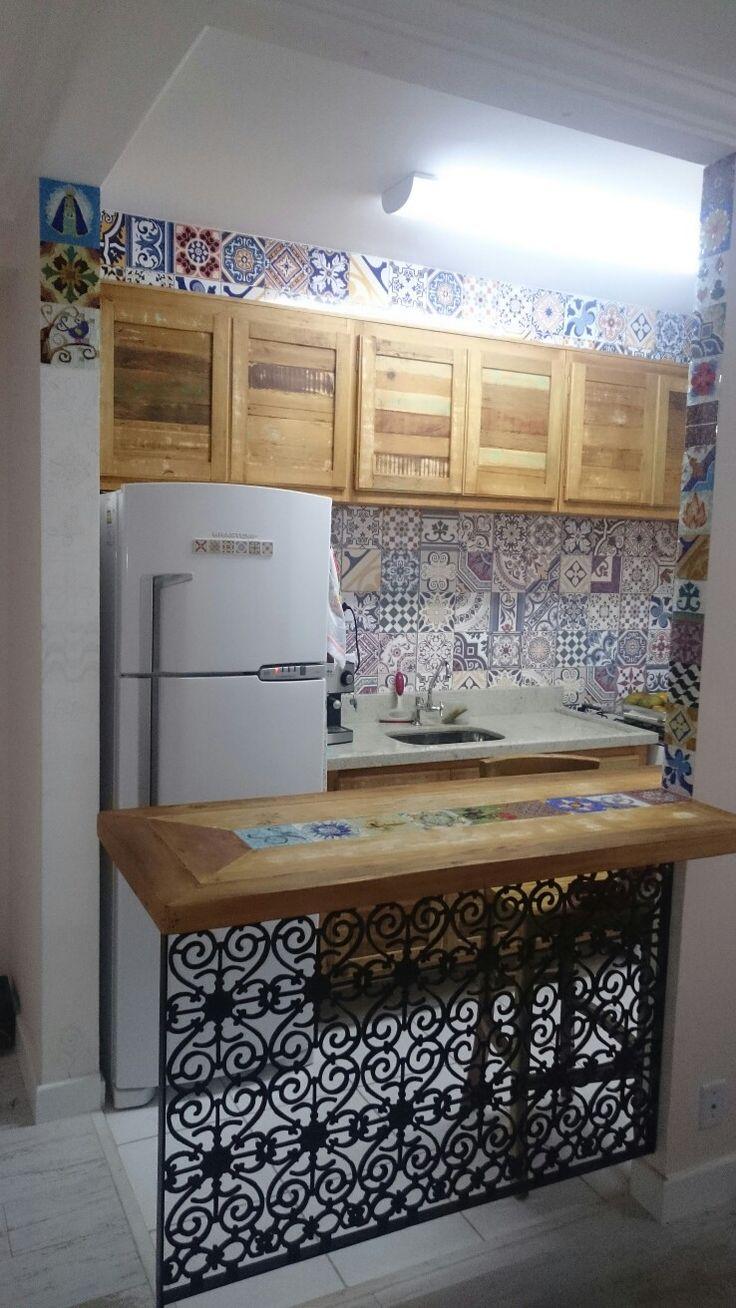 Cozinha com armários e balcão  de peroba rosa com toques de mosaico de vidro