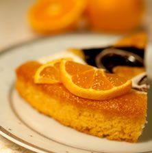 Ζουμερή και καλοφτιγμένη αμυγδαλόπιτα, με υπέροχο άρωμα πορτοκαλιού που συγκινεί ακόμα και τους πιο δύσκολους ουρανίσκους