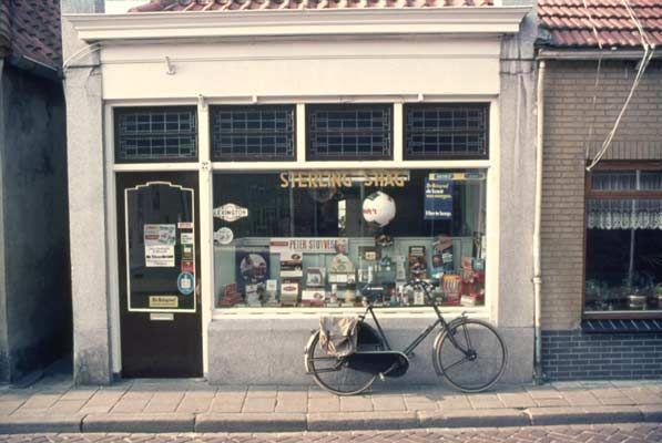 1974. Sigarenzaak van weduwe H. van de Weide-Hendriks in de Tuinstraat.