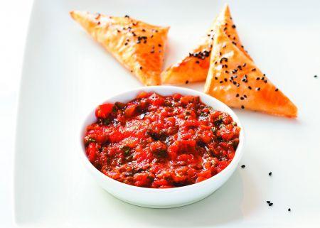 Fűszeres paradicsomkrém kecskesajtos háromszöggel (Chakchouka)