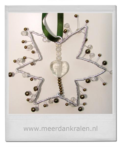 Raamhanger - ster  Deze raamhanger is gemaakt door Marlon. Zij heeft door middel van een crea pakketje een eigen creatie gemaakt geïnspireerd op de handleiding die meegegeven wordt bij de crea pakketjes.