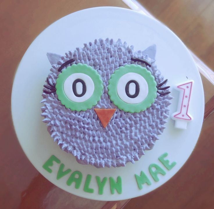 Evalyn's First Birthday Cake, PHOTO 2 of 2 using the DIY Gray Owl Cake Decorating Tutorial as a guide. I used the Spoon method for the sides. @CaitlinJaydeC