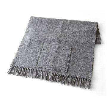 [KLIPPAN/ウールストール ポケット付き ベーシック] よく見るストールですが、ポケットがあるのがワンポイントですね。オフィスから、ちょっとランチにでかける際に羽織ったり、上着を着るまでもないときに使いやすそうです!