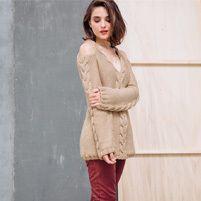 Voici une tunique à épaules dénudées, idéale pour apporter une petite touche glamour à vos tenues ! Elle est réalisée en Laine PARTNER 6 coloris beige biche.Modèle n°26 du catalogue n°135, femme, automne-hiver 2016/2017