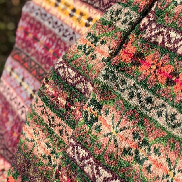 "Close up from my pattern Jumper ""Hortensia"" the pattern of the green Version is available in my ravelry store.Happy ""fairislefriday""….#fairisleknitting #knittersofravelry #knitforpassion #knitlove #knitweardesigner #shetlandwool #jamiesonsofshetland #strikkedilla #fairisle #testknit #knittersofinstagram #strikking #stricken #strickenisttoll #handknits #handmade #instaknit #traditionalknit #koftestrikk #strickenistmeinyoga #breien #strandedknitting #strandedcolorwork"